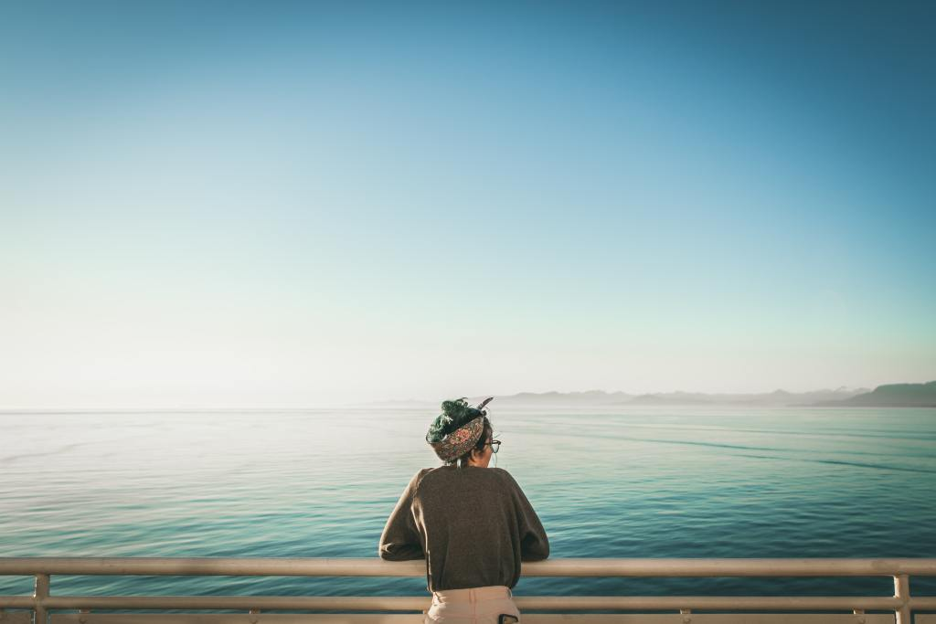 picture of a women gazing the sea